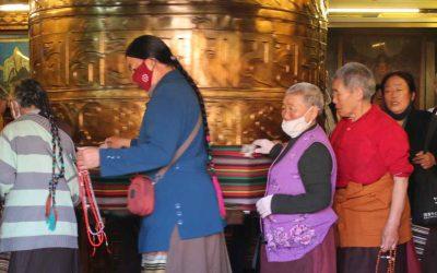 Moviendo la rueda de oraciones más grande de Lhasa